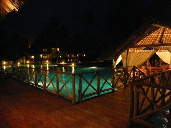 Neptune Pwani Beach Resort & Spa: Ambiance nocturne au bar/snack