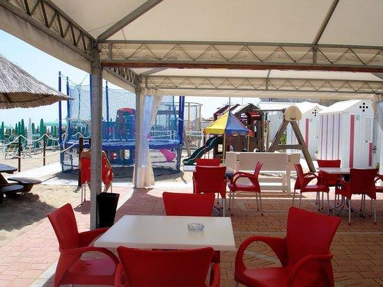 Zona d\'ombra antistante il bar e giochi riservati ai bambini - Foto ...
