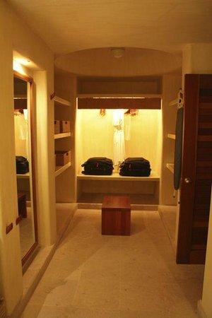 Cala de Mar Resort & Spa Ixtapa: Closet area