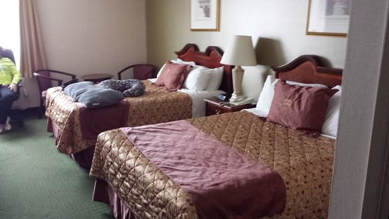 Monte Carlo Inn Oakville Suites: large room with 2 queen beds