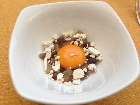 L'Imbuto : Uovo marinato con aringhe e meringa salata. SQUISITO