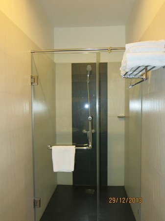 Skyline Boutique Hotel: Bathroom - shower