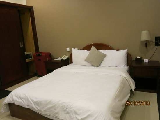 Skyline Boutique Hotel: The queen-size bed