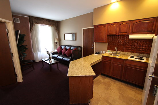 Best Western Plus Hannaford Inn & Suites: Executive Suite, Kitchen and Living