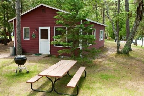 Two Inlets Resort: Every cabin has a private picnic table and grill