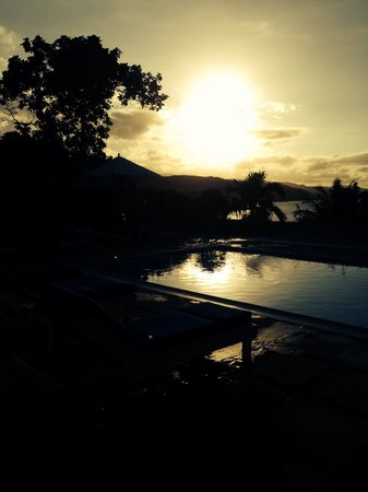 Round Hill Hotel & Villas: Sunset at the pool