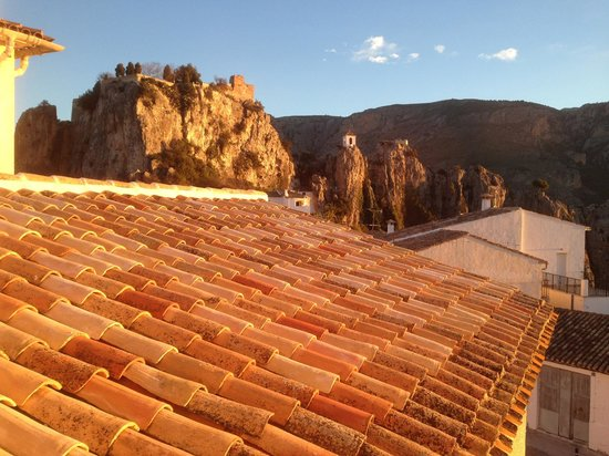Cases Noves: View to castle