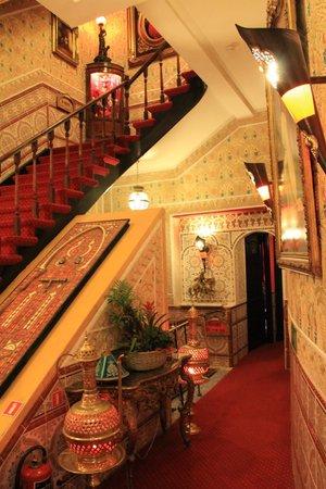 Hotel Mozart: Escalier intérieur