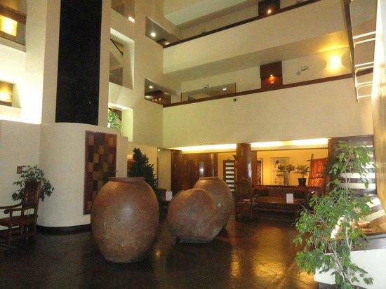 Hotel Galerías: Corredores amplos e bem iluminados