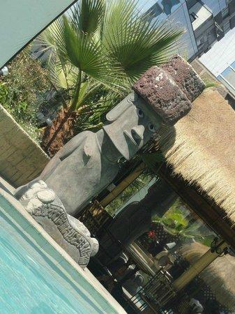 Hotel Galerías: Adorei a decoração da área da piscina/bar