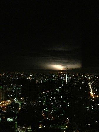 Banyan Tree Bangkok : Vistas desde la parte alta del hotel con tormenta de fondo