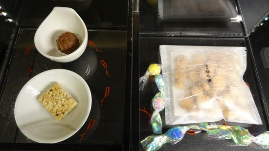 Intercontinental Hotel Osaka: お部屋にサービスされた和菓子