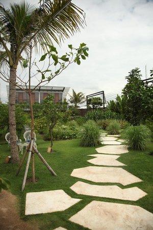 Komune Resort, Keramas Beach Bali: path to main complex
