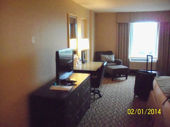 Holiday Inn & Suites Across from Universal Orlando: TV & desk
