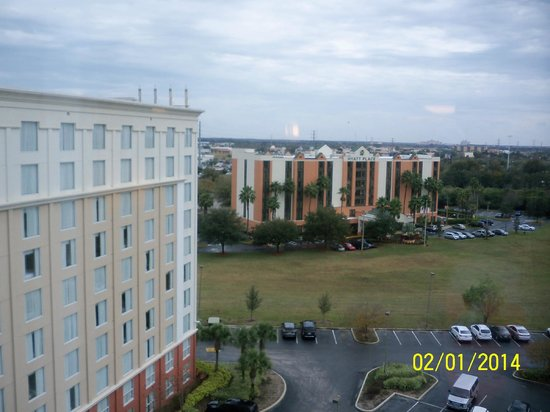 Holiday Inn & Suites Across from Universal Orlando: View outside my room