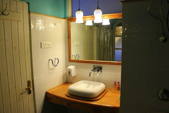 Johnson Lodge & Spa: bathroom view III
