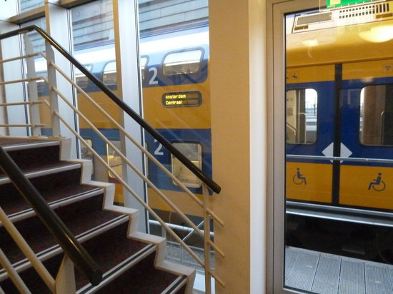 Ibis Amsterdam Centre: The trains are quite close to the rear groundfloor!