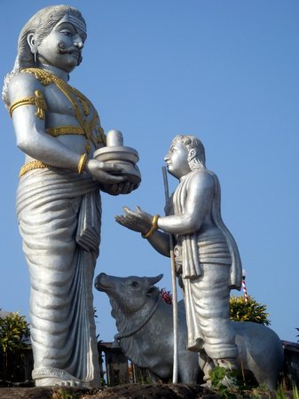 Murdeshwar, الهند: Ravana handing Lingam to Ganesha