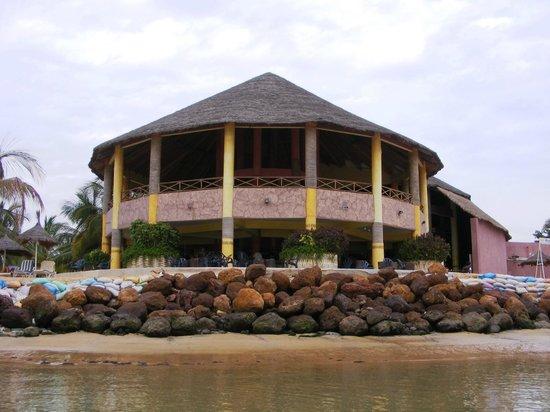 Hotel Club Royal Saly: bar visto dalla spiaggia