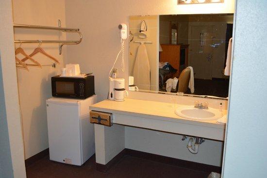 ستاي إكسبرس إن آند سويتس - سويتووتر تكساس: Only two outlets in bathroom