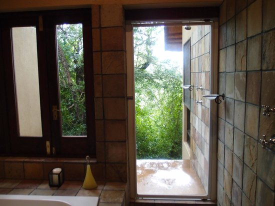 Elephant Plains Game Lodge : Loved the private outdoor shower.
