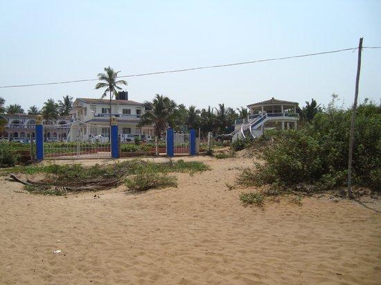 Empire Beach Resort Hotel: Set fra stranden