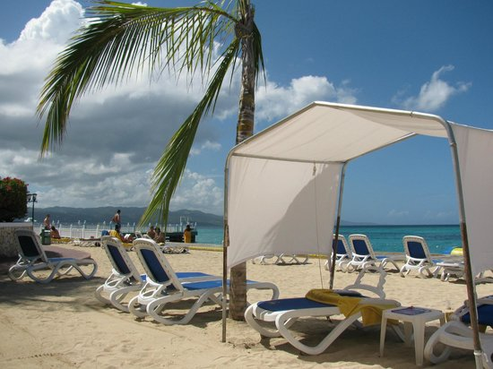 Royal Decameron Montego Beach : Plenty of loungers