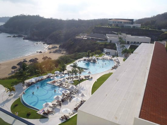 Secrets Huatulco Resort & Spa : pool and grounds