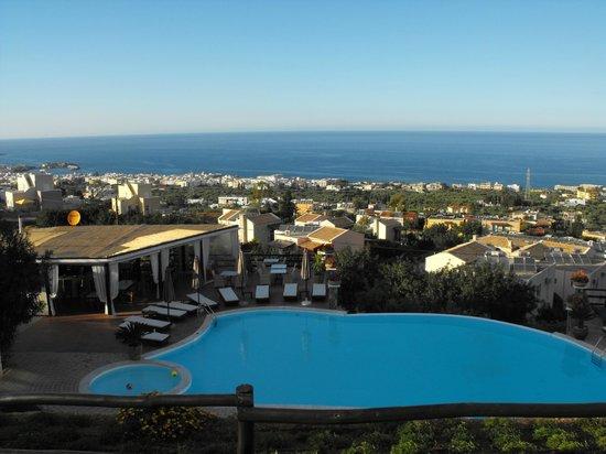 Creta Blue Suites : Возле бассейна