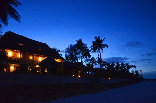 Blue Oyster Hotel: The hotel at night - view from the beach