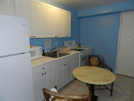 Waikiki Beachside Hostel: Girls only dorm kitchen
