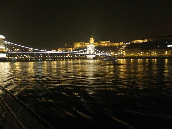 Hungaria Koncert: Le pont des Chaînes et vue vers le Bastion des Pêcheurs au loin