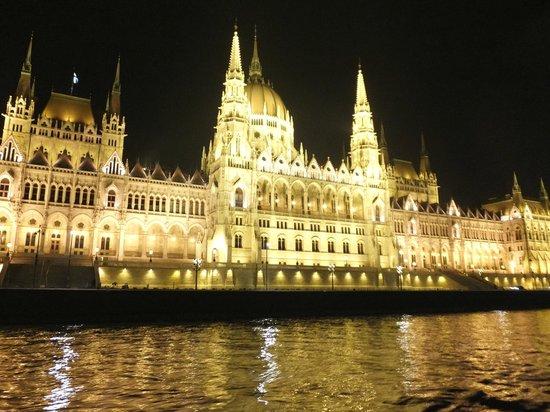 Hungaria Koncert: Le magnifique Parlement tout illuminé