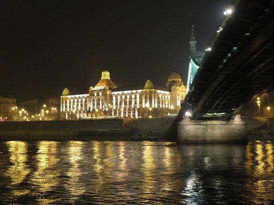 Hungaria Koncert: Passage de nuit sous le pont de la Liberté (Szabadsag)