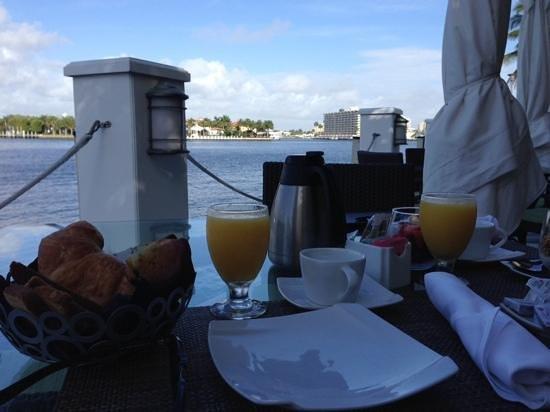 The Pillars Hotel Fort Lauderdale : Brekkie on the deck.