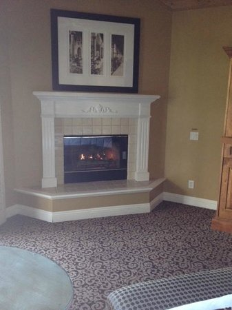 Westlake Village Inn: Fireplace
