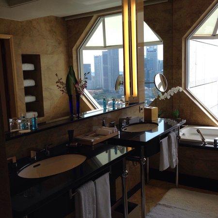The Ritz-Carlton, Millenia Singapore : The bathroom