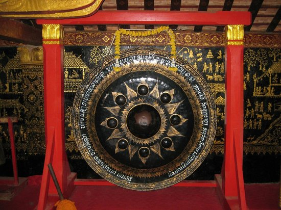 Templo de la Ciudad Dorada (Wat Xieng Thong): Gong inside the larger temple