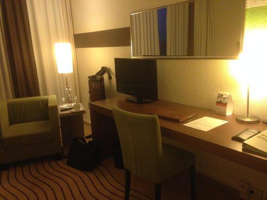 Holiday Inn Berlin City East : Schreibtisch mit Fernseher