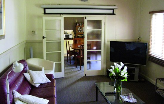 Busselton Guest House : Livingroom with view to the diningroom