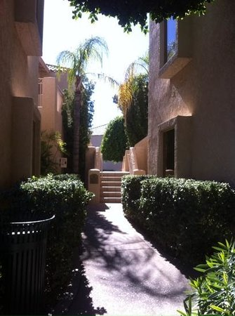The Phoenician, Scottsdale: walkways through casitas