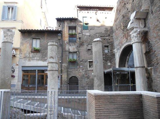Via Portico d'Ottavia: Case al Portico...e tubi innocenti...