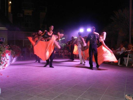 Hotel Gardenia : Spectacle de danse sur la terrasse