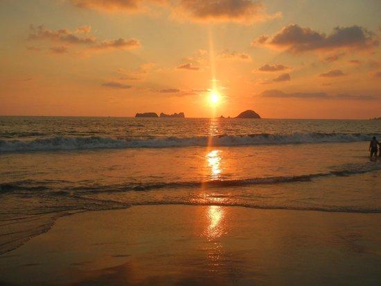 Holiday Inn Resort Ixtapa : Beautiful sunset from our beach chair
