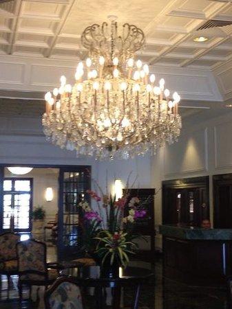 Sea View Hotel: Beautiful Chandelier in main lobby