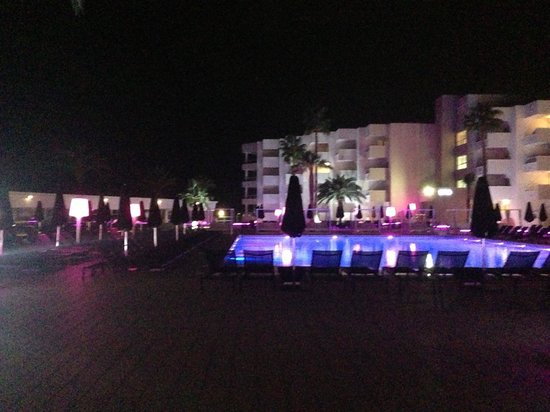Hotel Garbi Ibiza & Spa : Lights by pool area