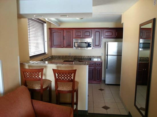 Holiday Inn Hotel & Suites Clearwater Beach: Kitchen