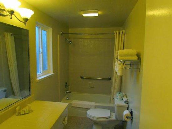 Super 8 Monterey / Carmel : Banheiro