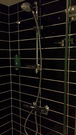 Holiday Inn Express Manchester City Centre Arena: Sparkling shower!
