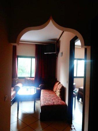 Assounfou Apart-Hotel : Na entrada do apartamento, vista da sala.